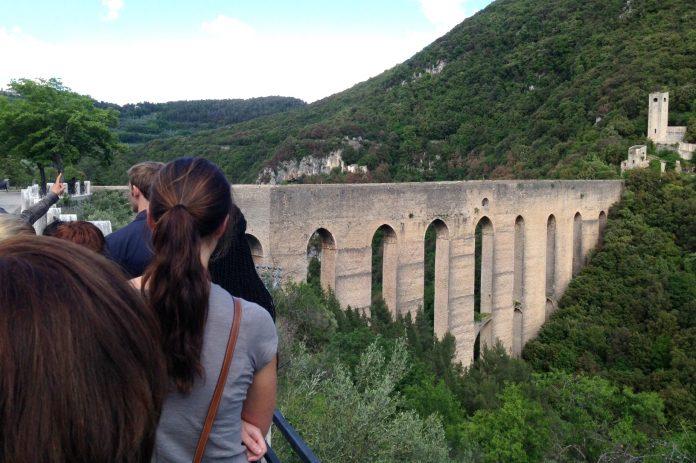 Spoleto Ponte Torri turisti