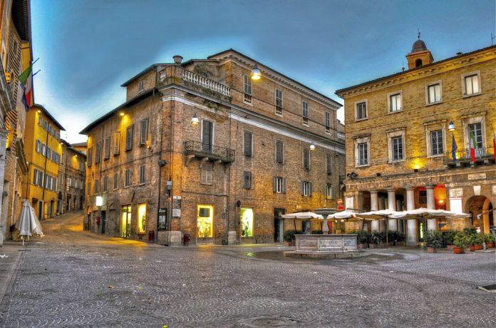 Urbino Piazza della Repubblica