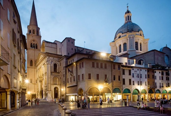 Mantova Piazza Erbe e Sant'Andrea