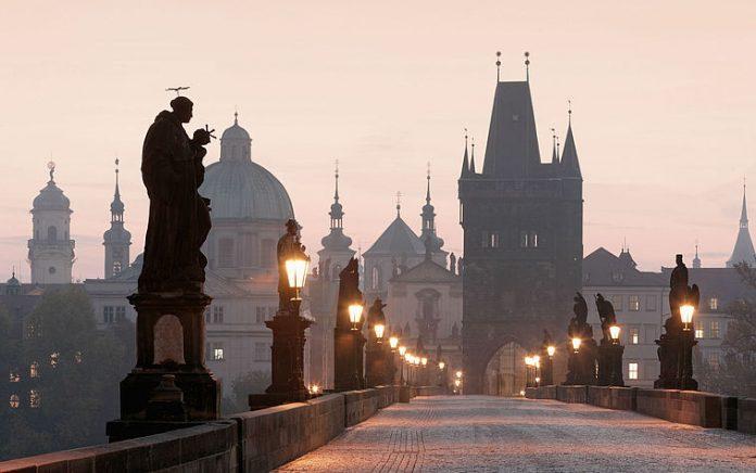 Praga Ponte Carlo Statue