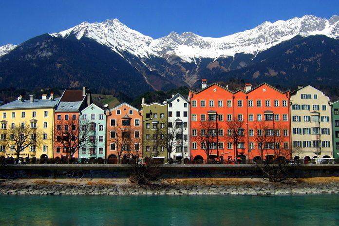 Innsbruck case colorate sul fiume Inn