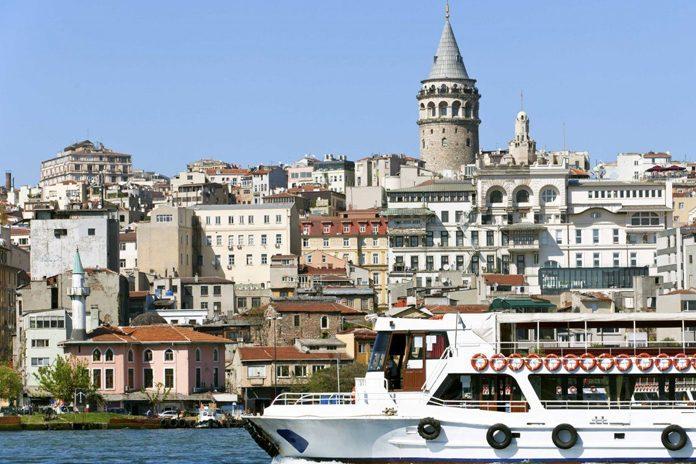 Turchia Fiume Bosforo Barca
